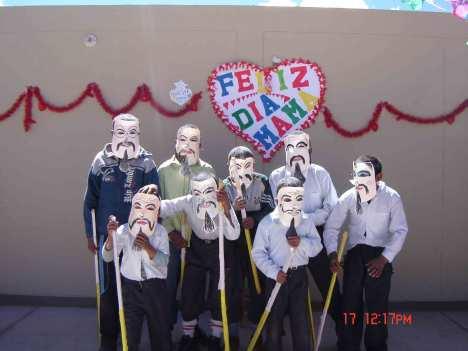 Noen av guttene underholdt på morsdagsfeiringa.