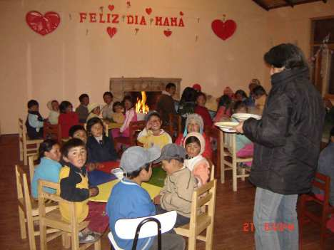 Etter underholdningen ble det mat til alle sammen i skolens matsal.