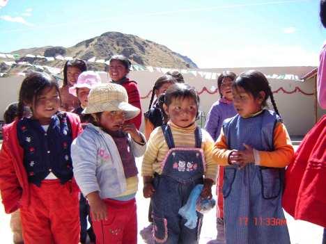 Jente synger for mødrene sine i skolegården.