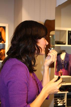 Kaja Marie legger på leppestift før visningen