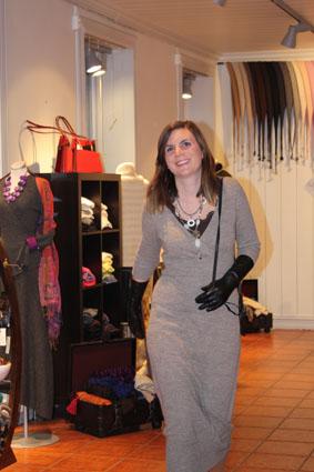 Linn var første kvinne ut med en lang kjole i alpakka, lange sorte skinnhansker og en tøff skinnveske