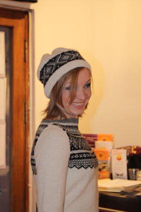 ... og under hadde hun en lang, norskmønstret genser som er i Maskerader 7