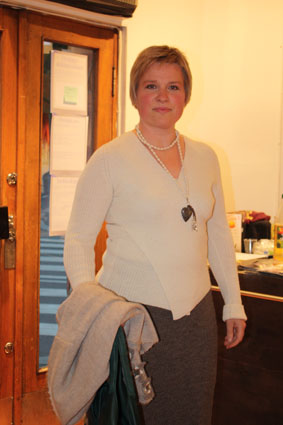 Trine har på seg en crossover-genser og -skjørt