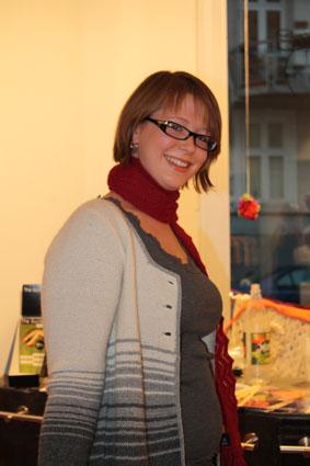 Her er Marie i en håndstriket jakke (MR 6) og et rødt skjerf (Helene)