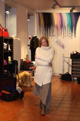 Stella koser seg i denne deilige bouclé-jakka