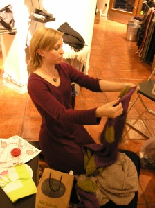 Stella monterer sitt knit-along-prosjekt. Hun har laget en kjempetøff kjole med ribber i sidene.