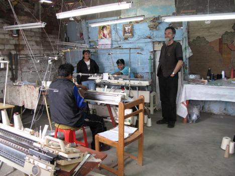 Per på besøk hos en av mini-fabrikkene som produserer klærne våre