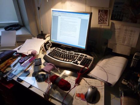 På kontoret til Kaja Marie er det et skikkelig kreativt kaos om dagen. Hun jobber nemlig med en nybegynnerbok i strikking.