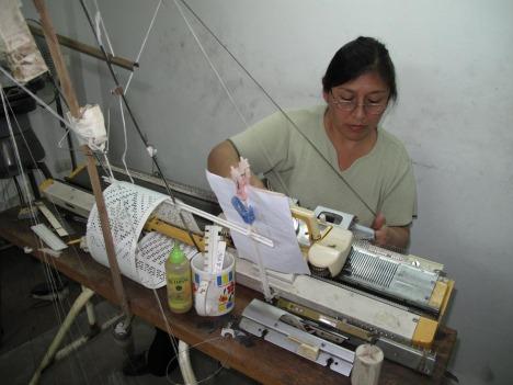 Det er fascinerende hvor intrikate mønster de klare å lage på de gammeldagse strikkemaskinene