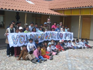 Barna hadde laget velkomst-banner til oss, da vi kom til skolen