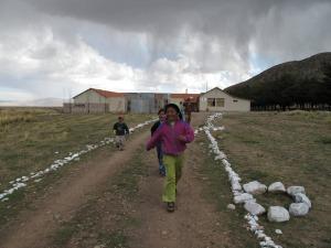 Barna kom løpende mot oss da vi kom kjørende mot skolen