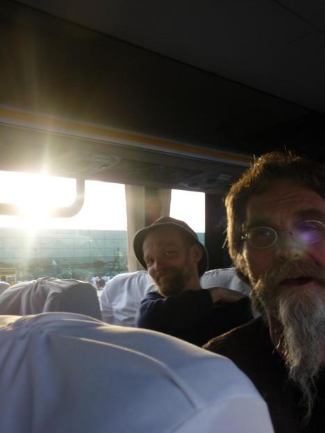 Arve og Per har endelig kommet seg ombord i bussen som skal ta oss fra flyplassen til hotellet. Vi er trøtte, men lykkelige og forventningsfulle.