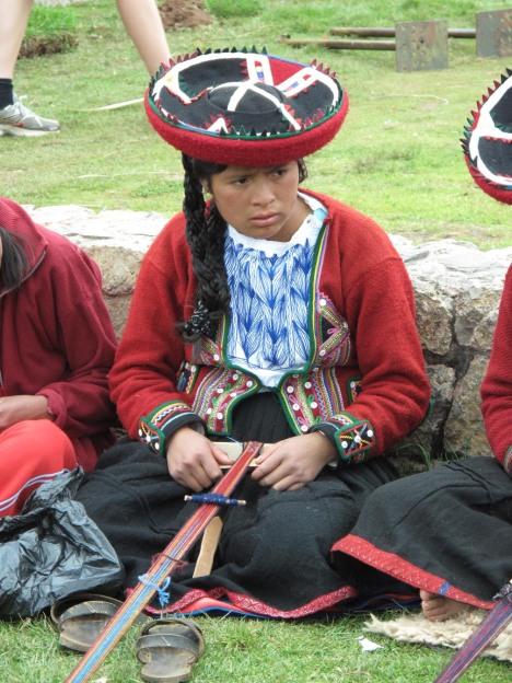 En av de unge jentene som lærer de gamle vevmønstrene.