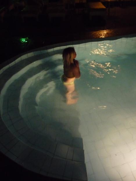 Maren hadde ikke fått nok av vann og hev seg uti bassenget så snart vi kom oss på hotellet