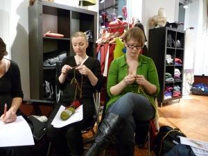 Stella og Marie strikker på Tirsdagsstrikkeklubben