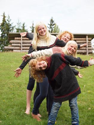 Fire flotte jenter i full fart på fotoshoot